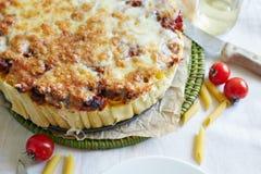 Cocotte en terre de macaronis avec du fromage Images libres de droits