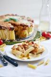 Cocotte en terre de macaronis avec du fromage Photographie stock libre de droits