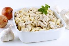 Cocotte en terre de macaronis avec le poulet photos stock