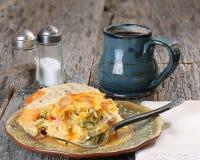 Cocotte en terre de petit déjeuner avec du café images stock