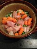 Cocotte en terre de poulet avec des carottes et des pois Image libre de droits