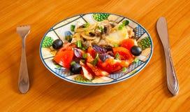 Cocotte en terre de poulet avec des légumes Image stock