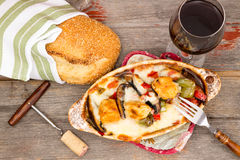 Cocotte en terre de poulet savoureuse avec du pain de sésame Images stock