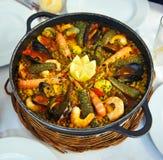 Cocotte en terre de riz avec des fruits de mer, Paella Photos stock