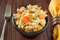 Cocotte en terre de soupe de nouilles de poulet Photographie stock libre de droits
