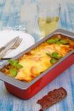 Cocotte en terre de viande avec du mozzarella et des tomates Photo libre de droits