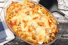Cocotte en terre des macaronis au fromage Photos stock