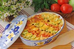 Cocotte en terre des pâtes avec la courgette et la tomate Images stock