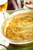 Cocotte en terre effectuée à partir des pommes de terre et du fromage Images libres de droits