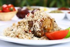 Cocotte en terre et riz de poulet photographie stock