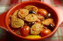 Cocotte en terre italienne épicée de saucisse Images libres de droits