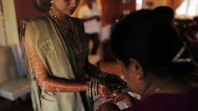 Cocounut hindú de la cubierta de las mujeres con goma roja almacen de video