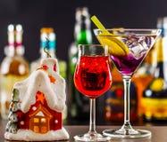 Coctail和美丽的圣诞节房子,蜡烛,瓶背景 图库摄影