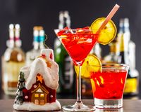 Coctail和美丽的圣诞节房子,蜡烛,瓶背景 免版税库存图片