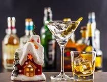 Coctail和美丽的圣诞节房子,蜡烛,瓶背景 库存图片