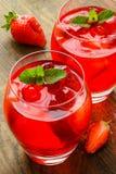Coctail Αναζωογονώντας θερινό ποτό με τη φράουλα Στοκ Φωτογραφία