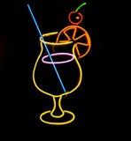 coctail玻璃的霓虹灯广告 免版税库存照片