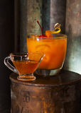 Coctail amargo de oro del alcohol hecho de la clara de huevo y del zumo de lima del jarabe del hohey del puré del mango del whisk Imagen de archivo