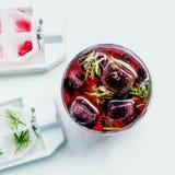 Coctail av bär som frysas i för björnbär, röda och svarta för iskuber vinbär för hallon, Kall uppfriskande drink för sommar Royaltyfri Foto