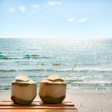 Coctail av kokosnötter på stranden Arkivfoto