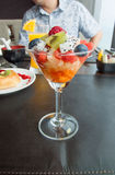 Coctail av sallad för nya frukter i restaurang Arkivbild