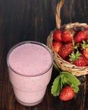 Coctail av yoghurten med jordgubbar och jordgubben i en korg Arkivbilder