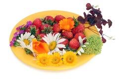Coctail de la fresa y de las flores imagenes de archivo