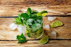 Coctail de Mojito com as folhas de hortelã fresca e a fatia do cal Fotografia de Stock