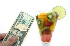 Coctail de salade de fruits de vin et de Champagne dans une glace Photos stock