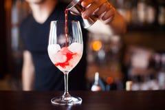 Coctail della sangria Il barista sta facendo il cocktail al contatore della barra a Fotografia Stock