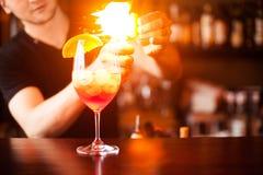 Coctail della sangria Il barista sta facendo il cocktail al contatore della barra a Fotografie Stock