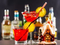 Coctail e bella casa di Natale, candela, fondo della bottiglia Immagini Stock Libere da Diritti