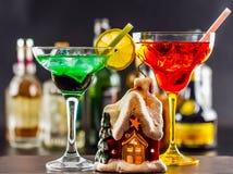 Coctail e bella casa di Natale, candela, fondo della bottiglia Fotografie Stock Libere da Diritti