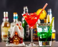 Coctail e bella casa di Natale, candela, fondo della bottiglia Fotografia Stock