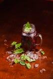 Coctail em um vidro com corinto preto Foto de Stock