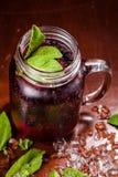 Coctail em um vidro com corinto preto Fotografia de Stock Royalty Free
