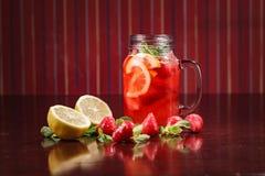 Coctail em um vidro com fruto cru Imagem de Stock