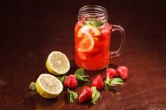 Coctail em um vidro com fruto cru Imagens de Stock
