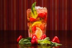 Coctail em um vidro com fruto cru Imagem de Stock Royalty Free