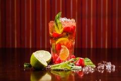 Coctail em um vidro com fruto cru Fotografia de Stock Royalty Free