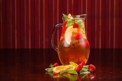 Coctail em um vidro com fruto cru Foto de Stock