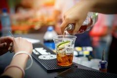 Coctail för bartenderdanandealkohol i restaurang royaltyfria foton