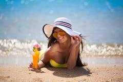 Coctail för drink för baddräkt för brunettkvinnaguling royaltyfri fotografi