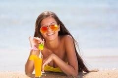 Coctail för drink för baddräkt för brunettkvinnaguling royaltyfria foton