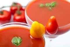 Coctail för tomatfruktsaft med ny basilika en coctailtomatgarnering Arkivbild