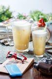 Coctail in glazig kruik en glas royalty-vrije stock afbeelding