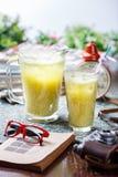 Coctail in glazig kruik en glas royalty-vrije stock fotografie