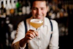 Coctail i barmanshand arkivfoto