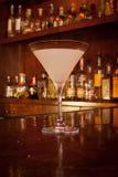 Coctail i ett Martini exponeringsglas Royaltyfri Bild