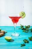 Coctail margarita med limefrukt på blå wood bakgrund royaltyfria bilder